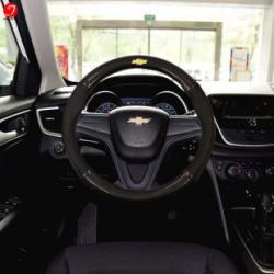 Bọc vô lăng ô tô Chevrolet | Sợi cacbon da màu đen gắn logo (LOẠI 1)