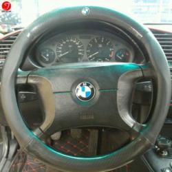 Bọc vô lăng ô tô BMW | Sợi cacbon da màu đen gắn logo (LOẠI 1)
